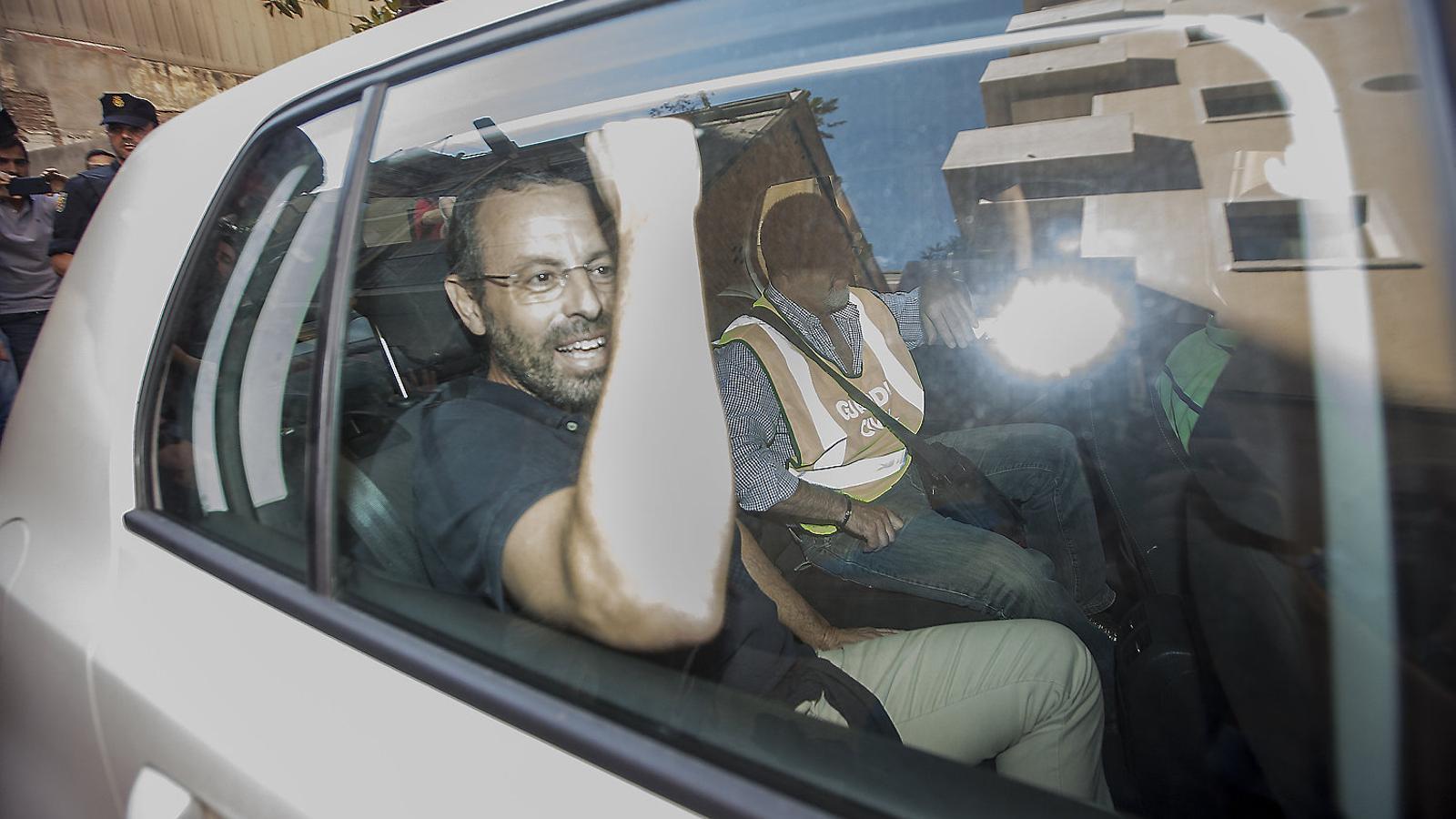Sandro Rosell després de l'escorcoll que hi va haver al seu habitatge de Barcelona l'any passat abans de la seva detenció.