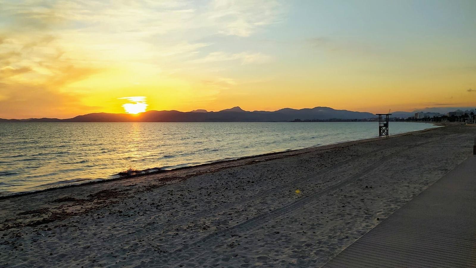 La platja de Can Pere Antoni, buida després del seu tancament