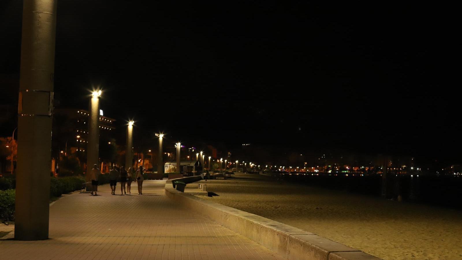 El Passeig Marítim de la Platja de Palma buit en ple mes de juliol.