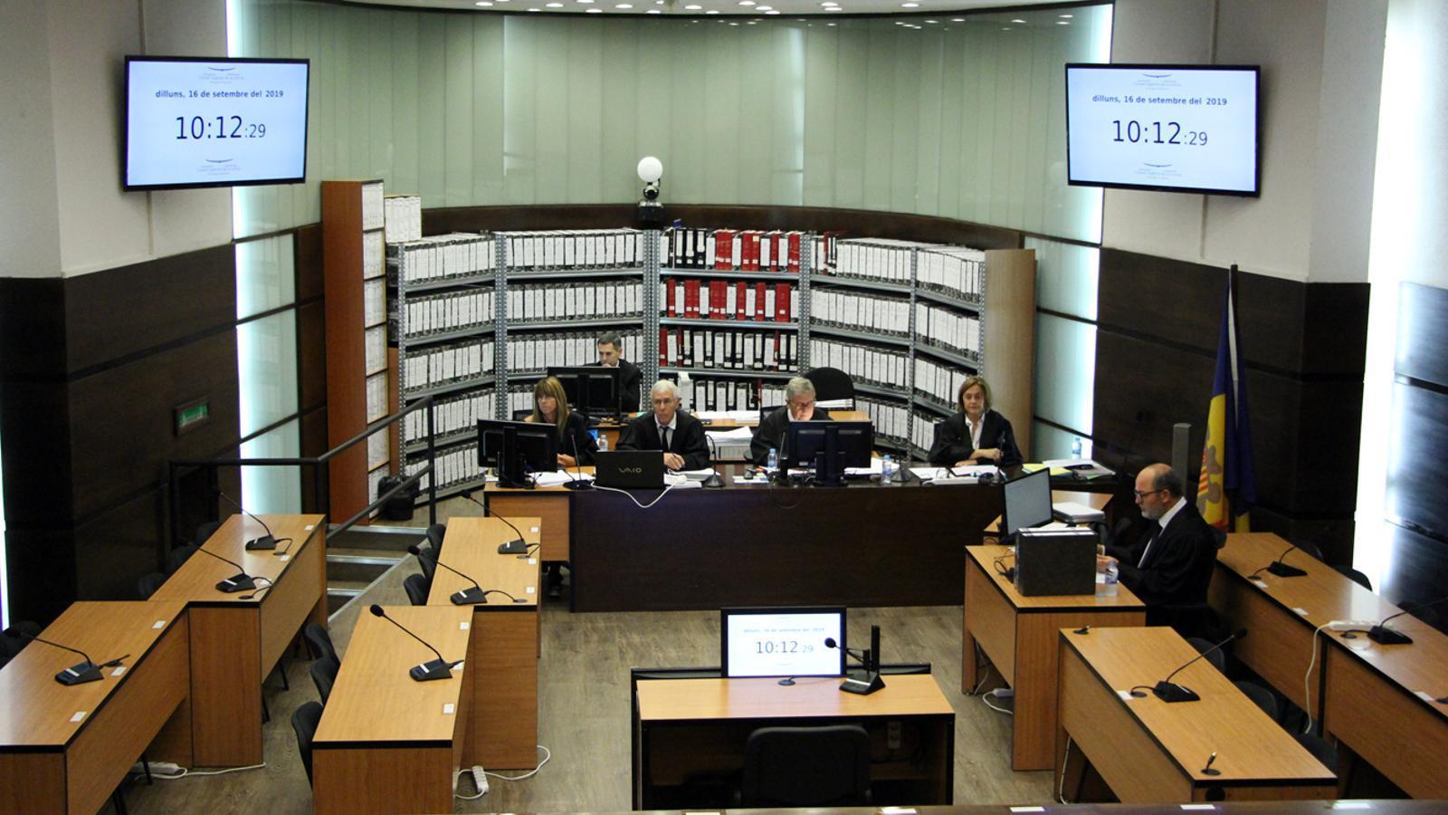 La sala habilitada a Prada Caadet minuts abans de l'inici del judici. / T. N. (ANA)