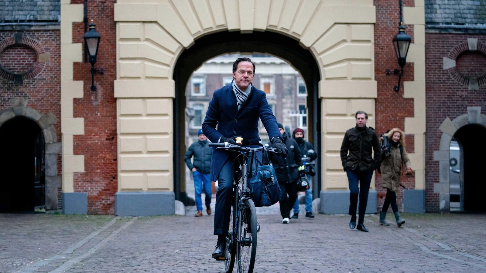 Mark Rutte, primer ministre holandès, arriba al consell de ministres, aquest divendres, que ha decidit la dimissió en bloc de tot l'executiu