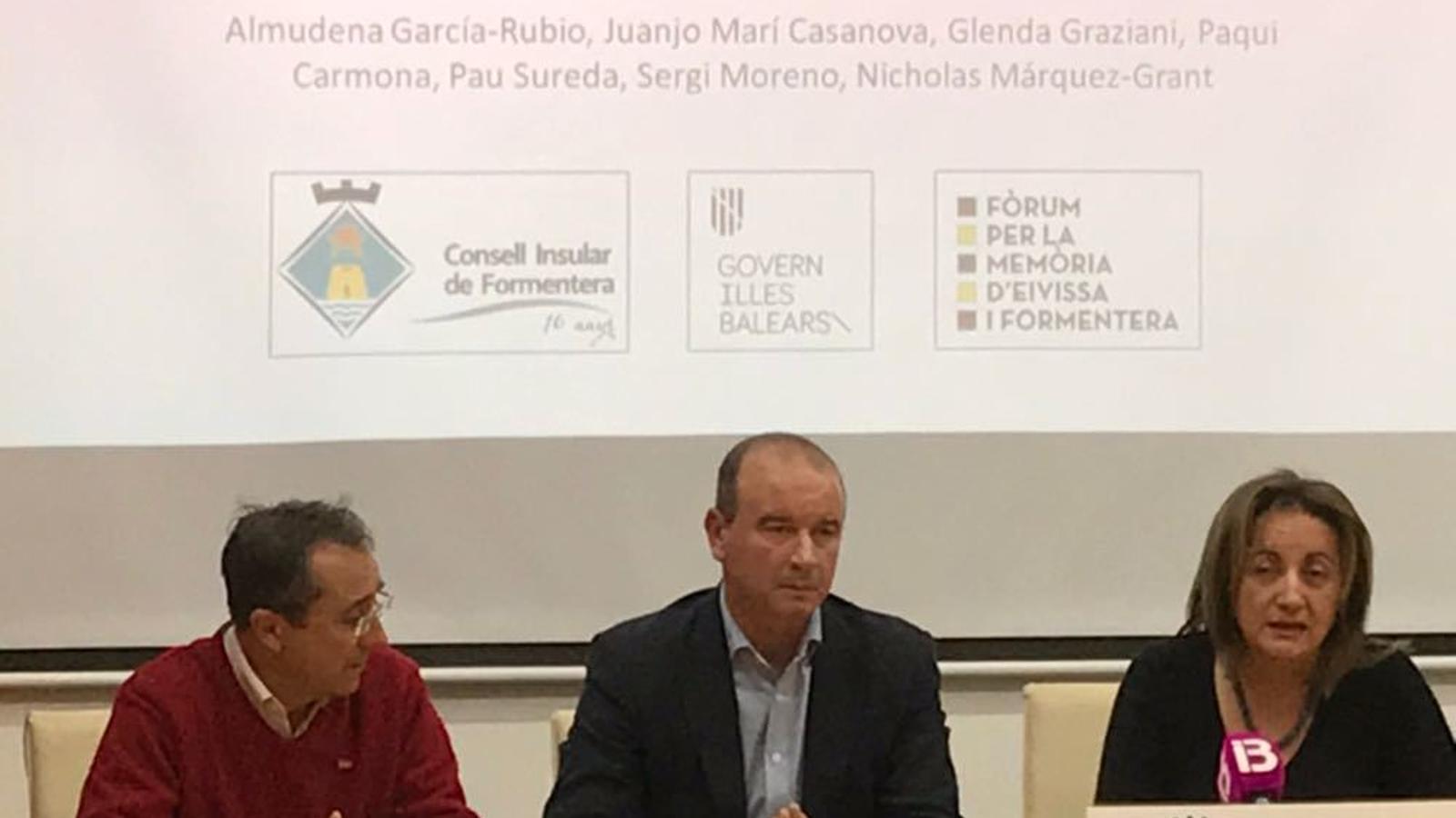 Luís Ruiz, Jaume Ferrer i Fanny Tur durant la presentació de les conclusions de l'exhumació.