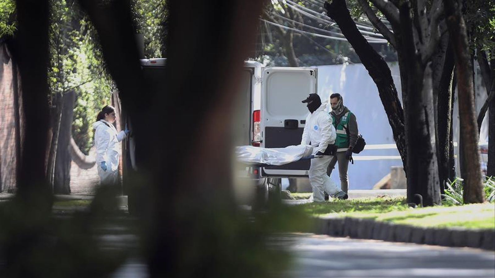 Els serveis d'emergència retiren el cos d'un dels morts en l'atemptat.