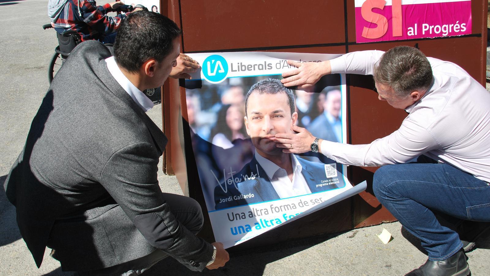 L'enganxada de cartells de Liberals d'Andorra a Encamp. / C. G.