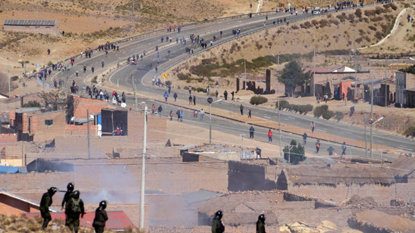 Miners en vaga protesten bloquejant les carreteres, al departament de La Paz.