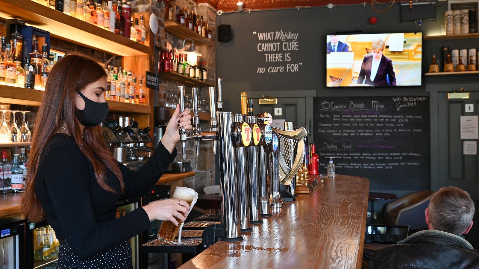 Els pubs hauran de tancar a partir de divendres a ciutats com Glasgow i Edimburg
