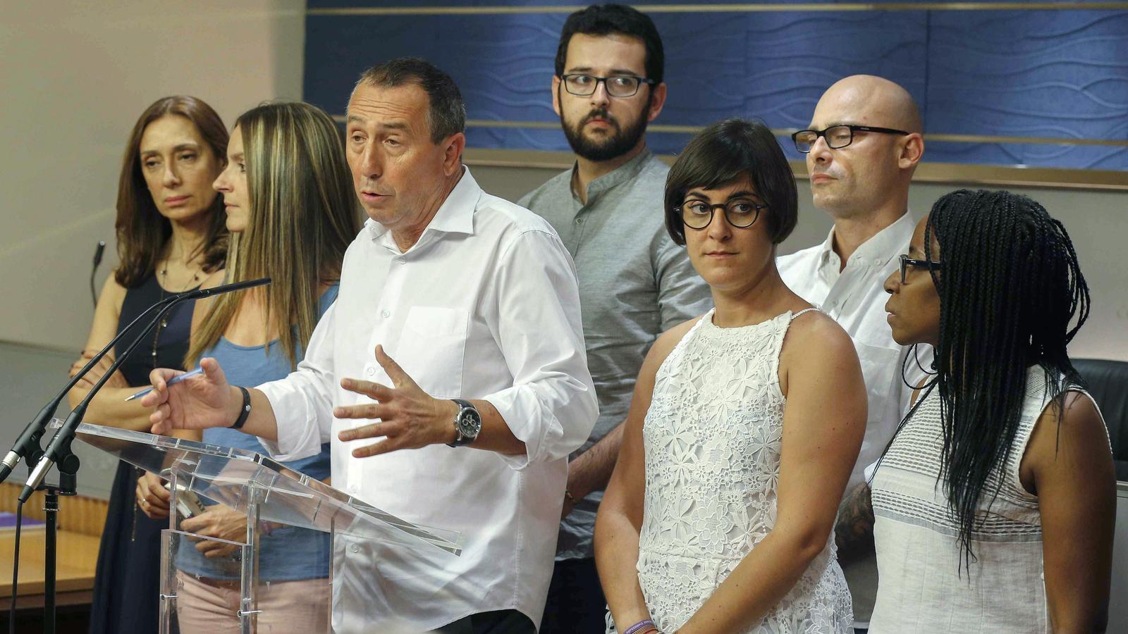 El portaveu d''A la valenciana' i alguns dels membres de la coalició en la roda de premsa posterior a la reunió de Joan Baldoví amb el rei Felip VI.