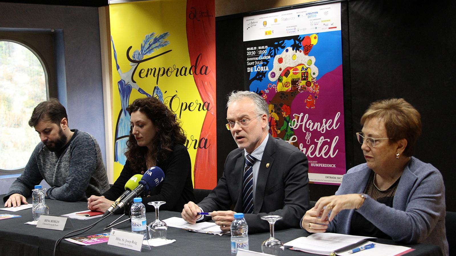 Els directors artístics, Juanma Casero i Irina Robles;el conseller de Cultura, Josep Roig, i la representant de l'Associació Andorra Lírica, Elena Pérez, durant la roda de premsa. / M. M. (ANA)
