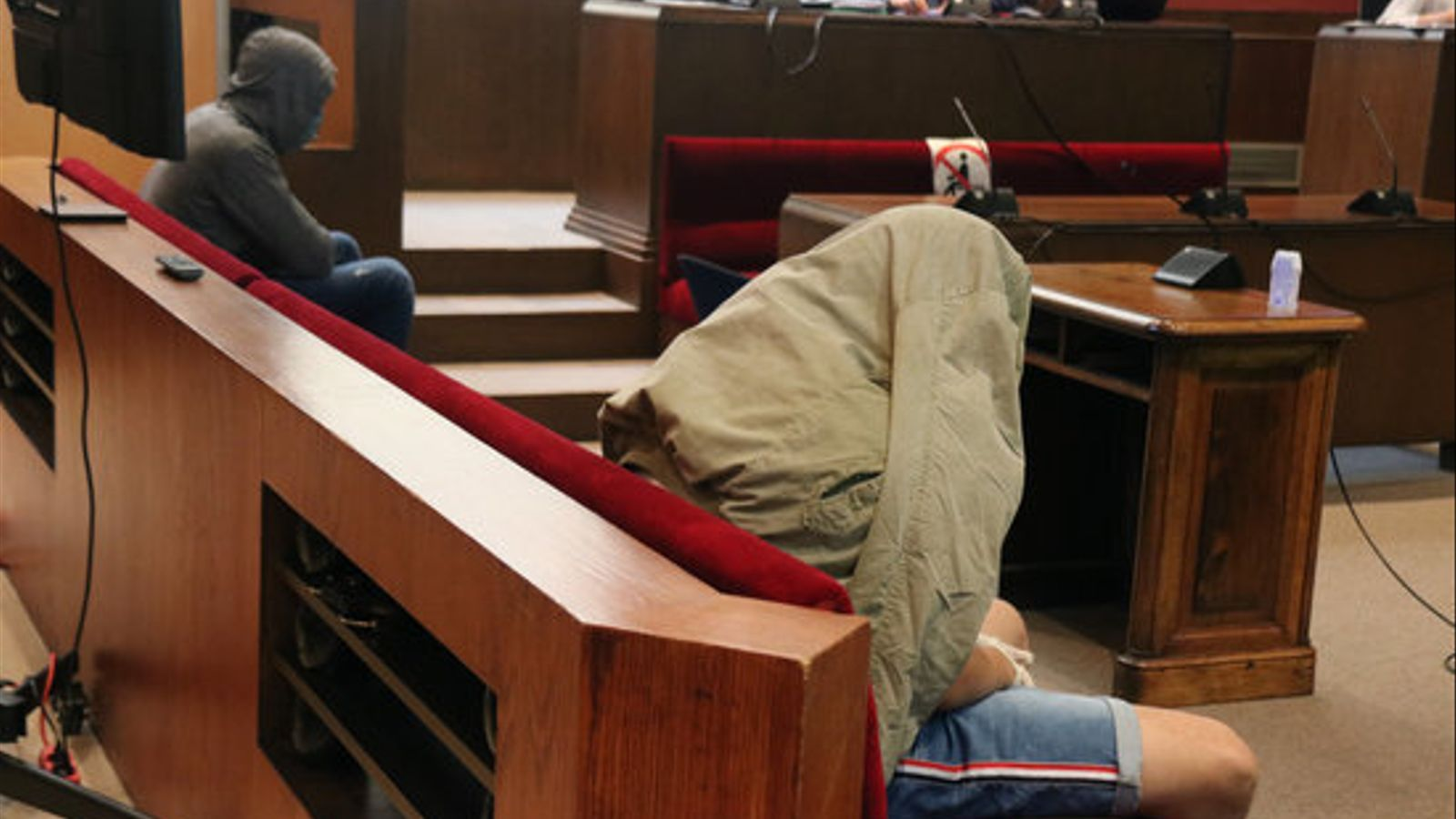 Els dos acusats de la violació en grup a una menor a Pineda de Mar durant el primer dia de judici