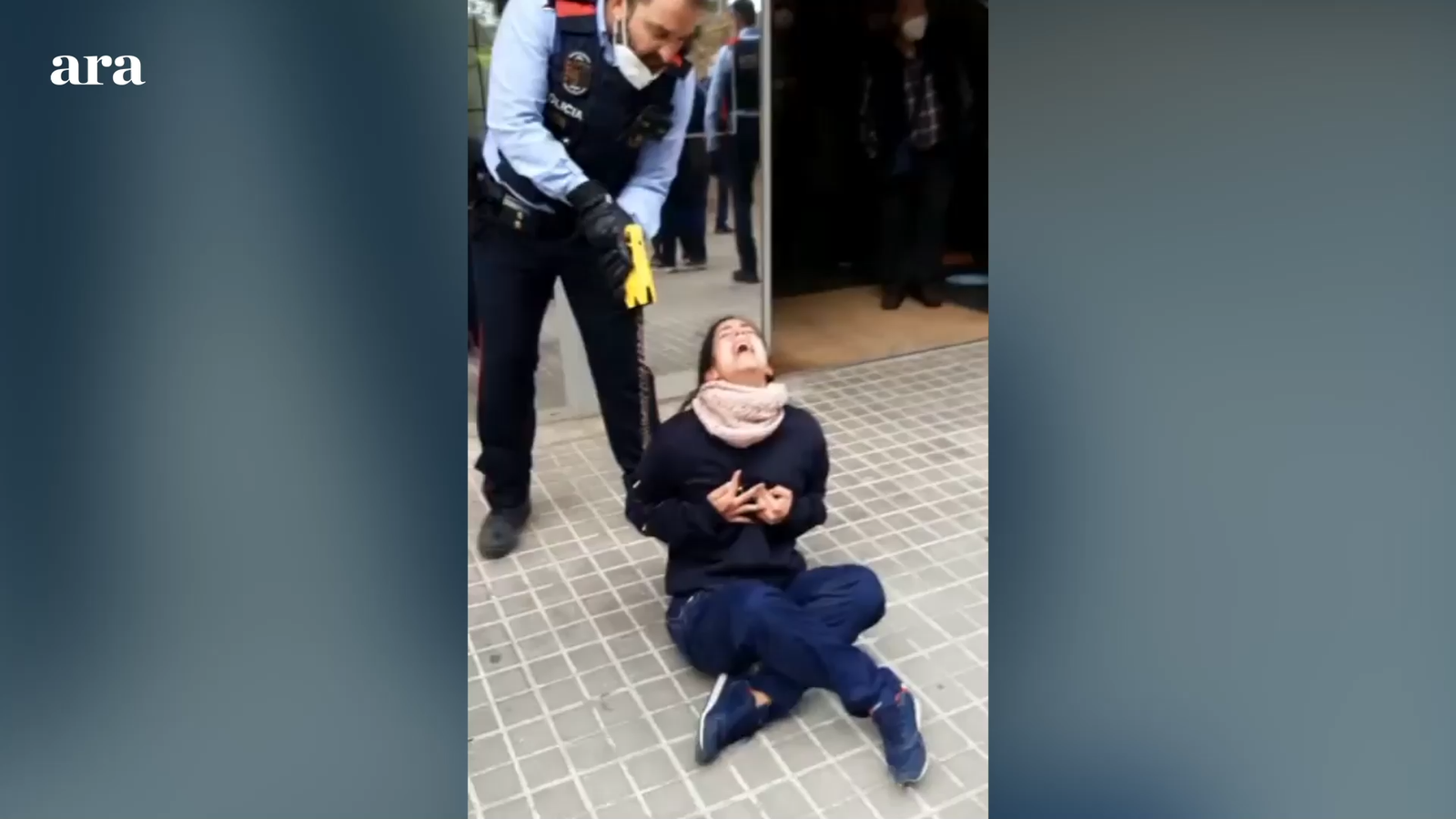 Els Mossos redueixen amb una Taser una noia a l'entrada d'un centre mèdic de Sabadell