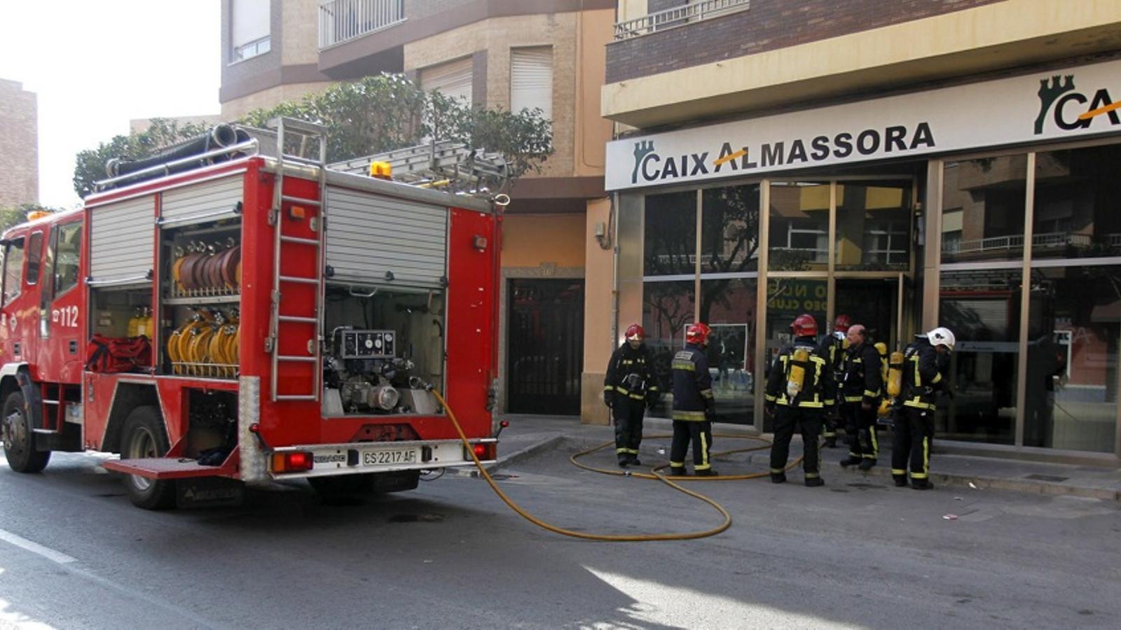 Una dona es cala foc a l 39 interior d 39 una oficina banc ria for Oficinas de la caixa en valencia