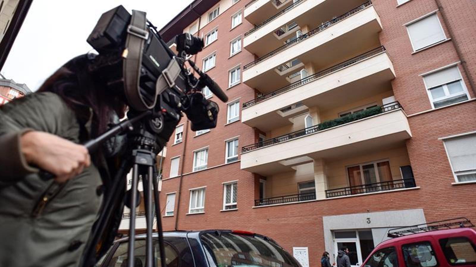 Una càmera de televisió davant el domicili de la família, a Bilbao