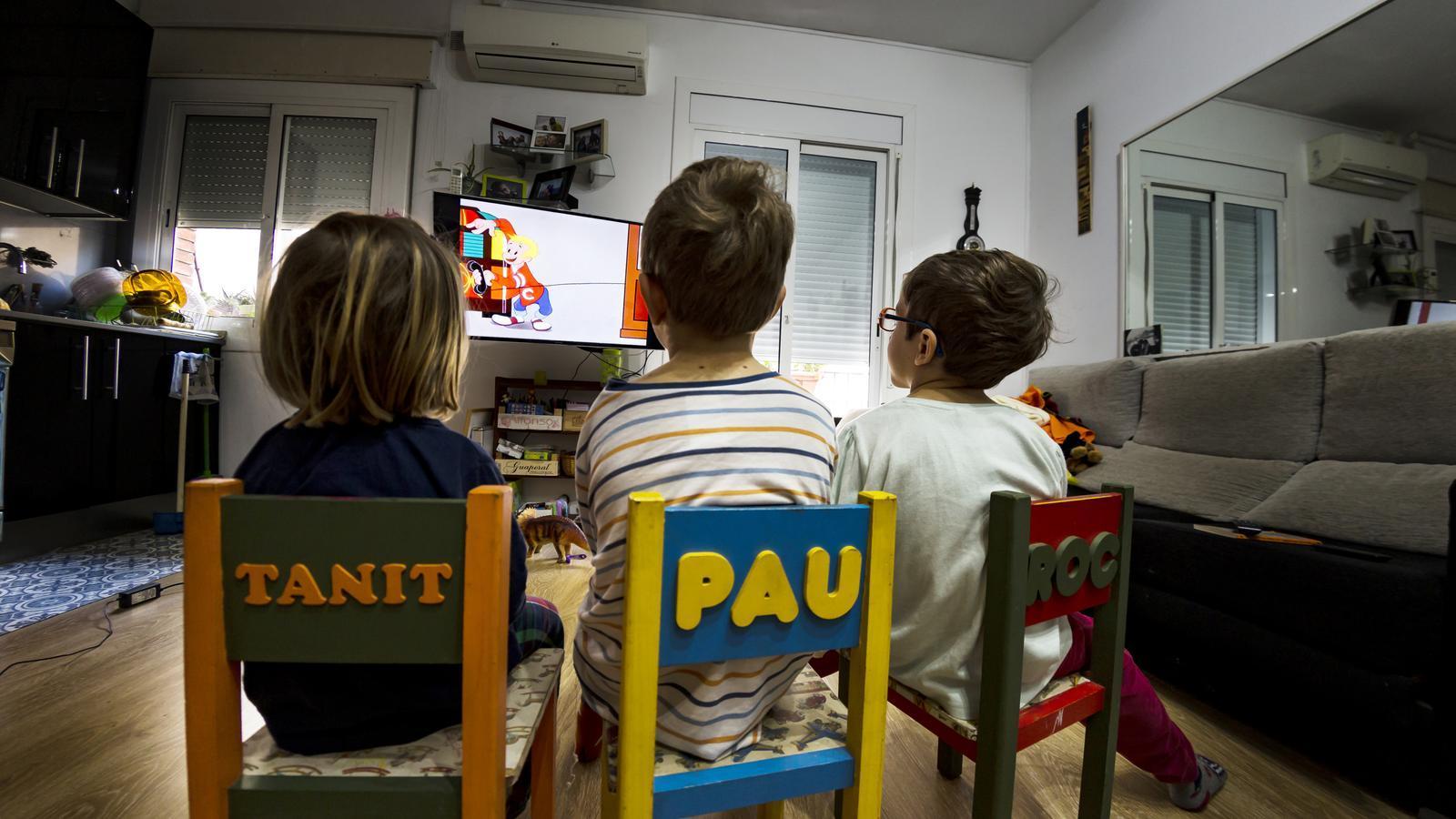 Nens mirant la televisió