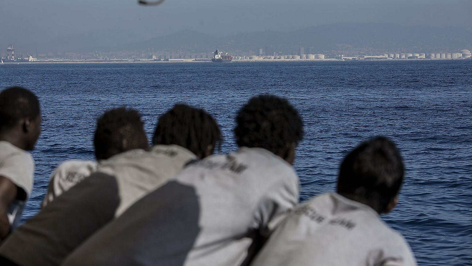 Quatre persones arribant al port de Barcelona amb el vaixell de ProActiva.