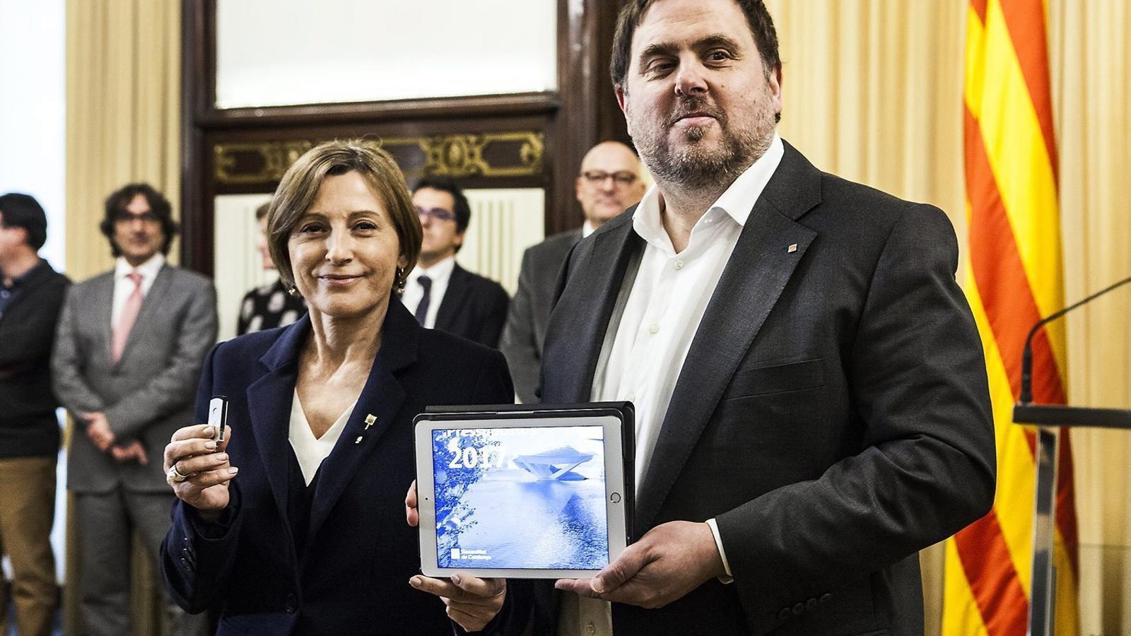 El vicepresident, Oriol Junqueras,  en el moment  de lliurar  a la presidenta del Parlament, Carme Forcadell,  els comptes  del 2017.
