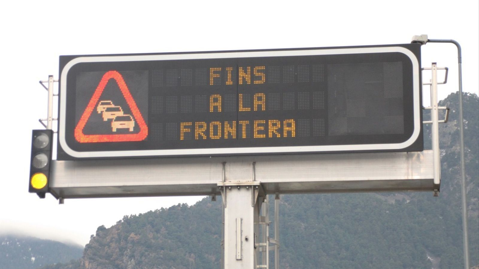 Imatge d'arxiu d'un rètol avisant de retencions per sortir d'Andorra, una imatge inèdita a dia d'avui. / ANA