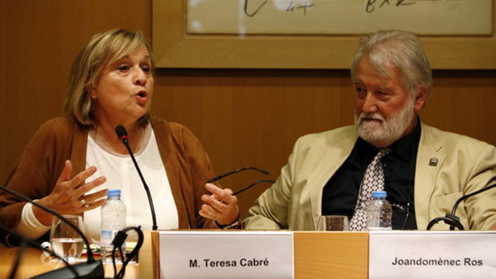 La presidenta de la secció filològica de l'IEC, Maria Teresa Cabré, i el president de l'IEC, Joandomènec Ros, en roda de premsa