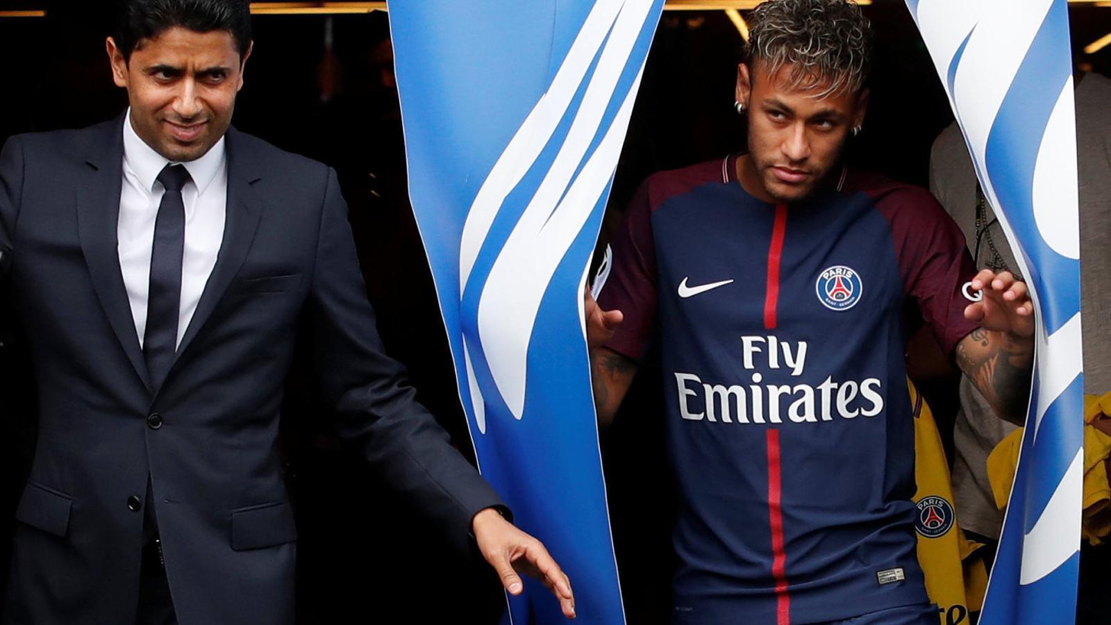 Nasser al-Khelaifi i Neymar sortint plegats per fer la sessió de fotografies al futbolista brasiler.
