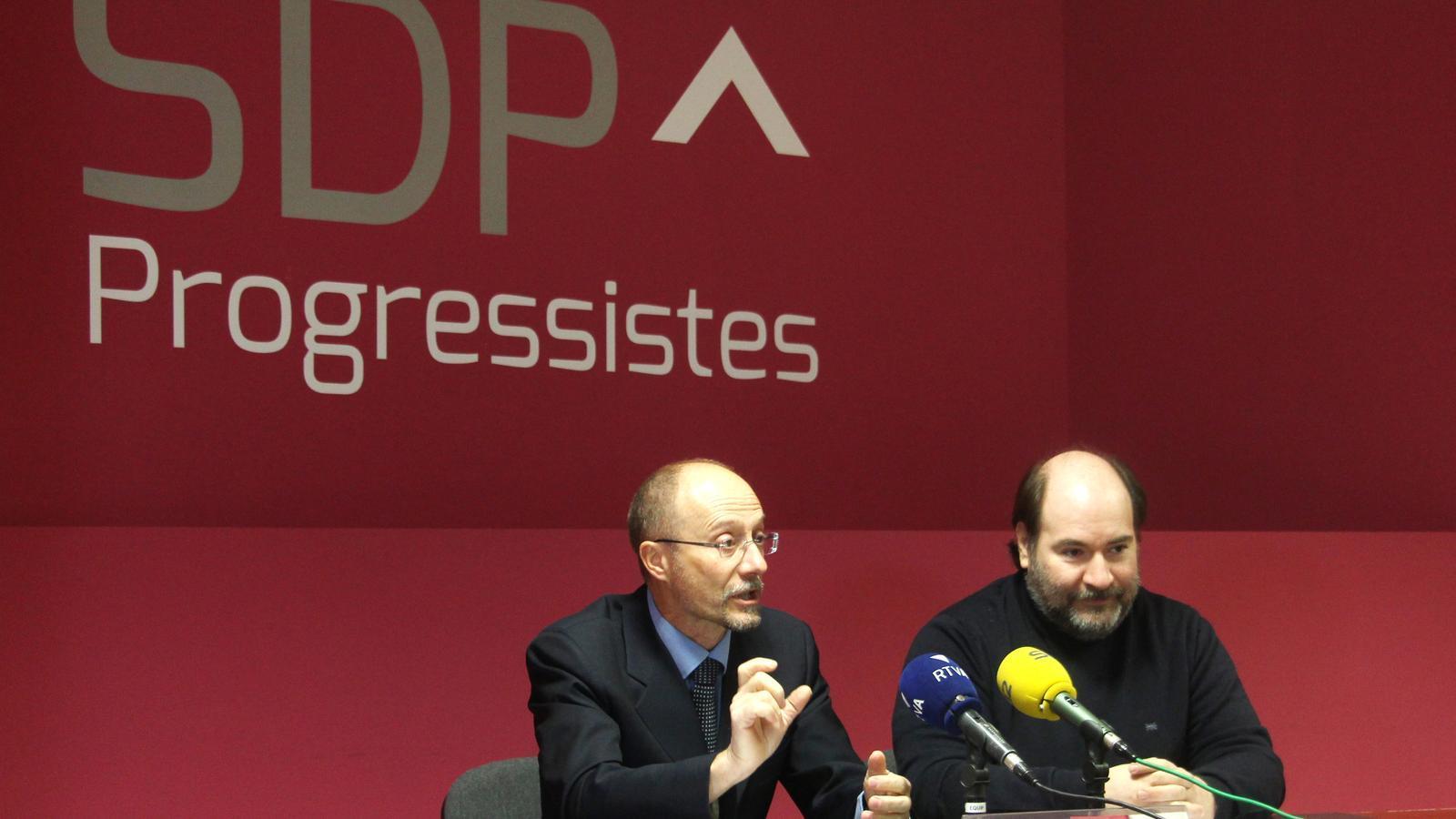 El conseller d'SDP, Víctor Naudi, i el secretari d'organització de la formació, Joan-Marc Miralles, durant la roda de premsa. / M. F.
