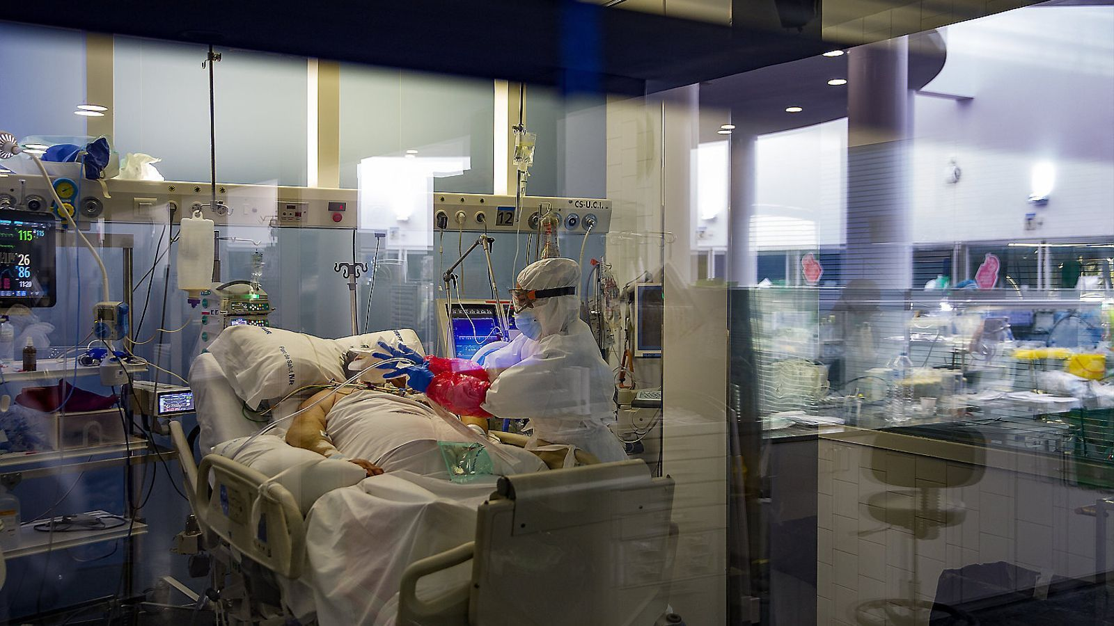 Una infermera atenent un dels pacients de l'UCI de l'Hospital del Mar de Barcelona.