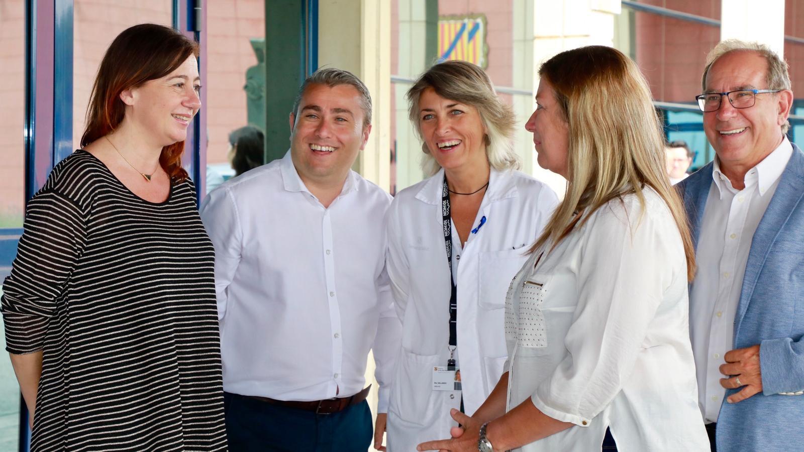 La presidenta en funcions, Francina Armengol, en un moment de la seva visita a l'hospital d'Inca.