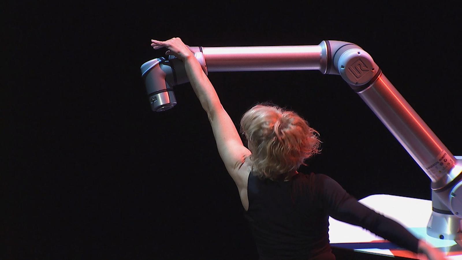La ballarina i coreògrafa Sol Picó va ballar ahir amb un robot durant el Festibity