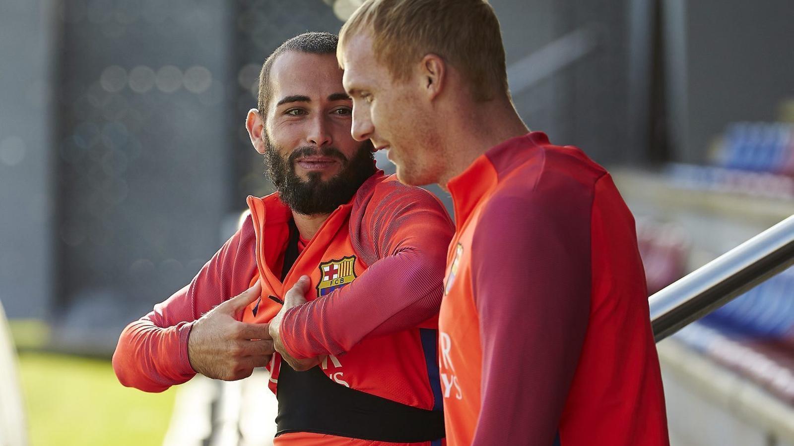 Aleix Vidal xerrant amb Mathieu just abans de l'últim entrenament abans de rebre el Deportivo de la Corunya.