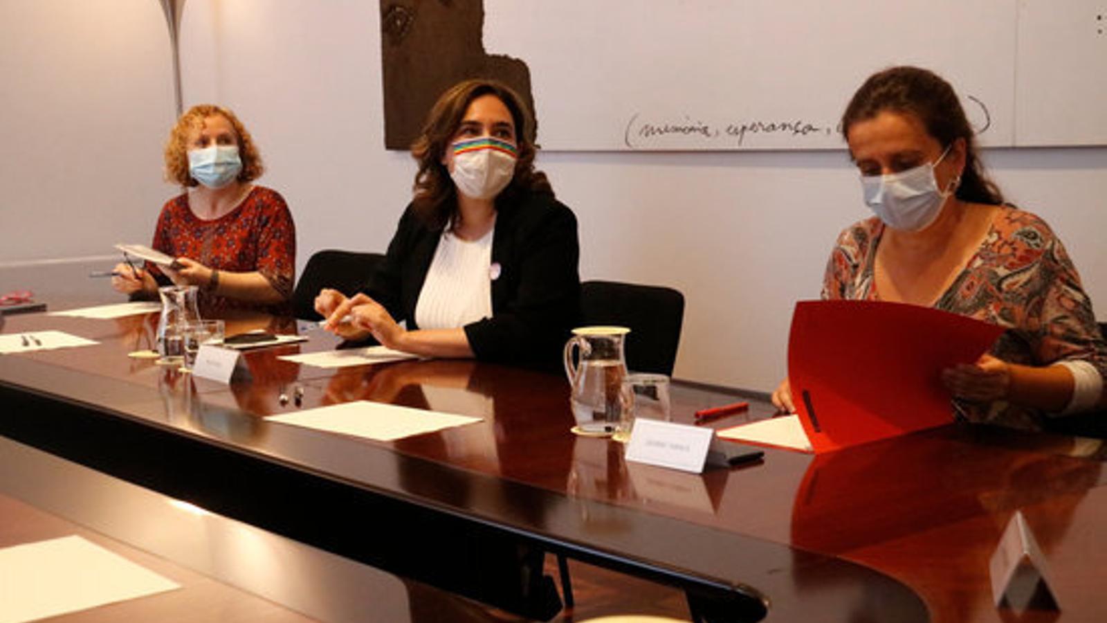 L'alcaldessa de Barcelona, Ada Colau, i la regidora de Salut, Gemma Tarafa, durant la reunió amb Salut