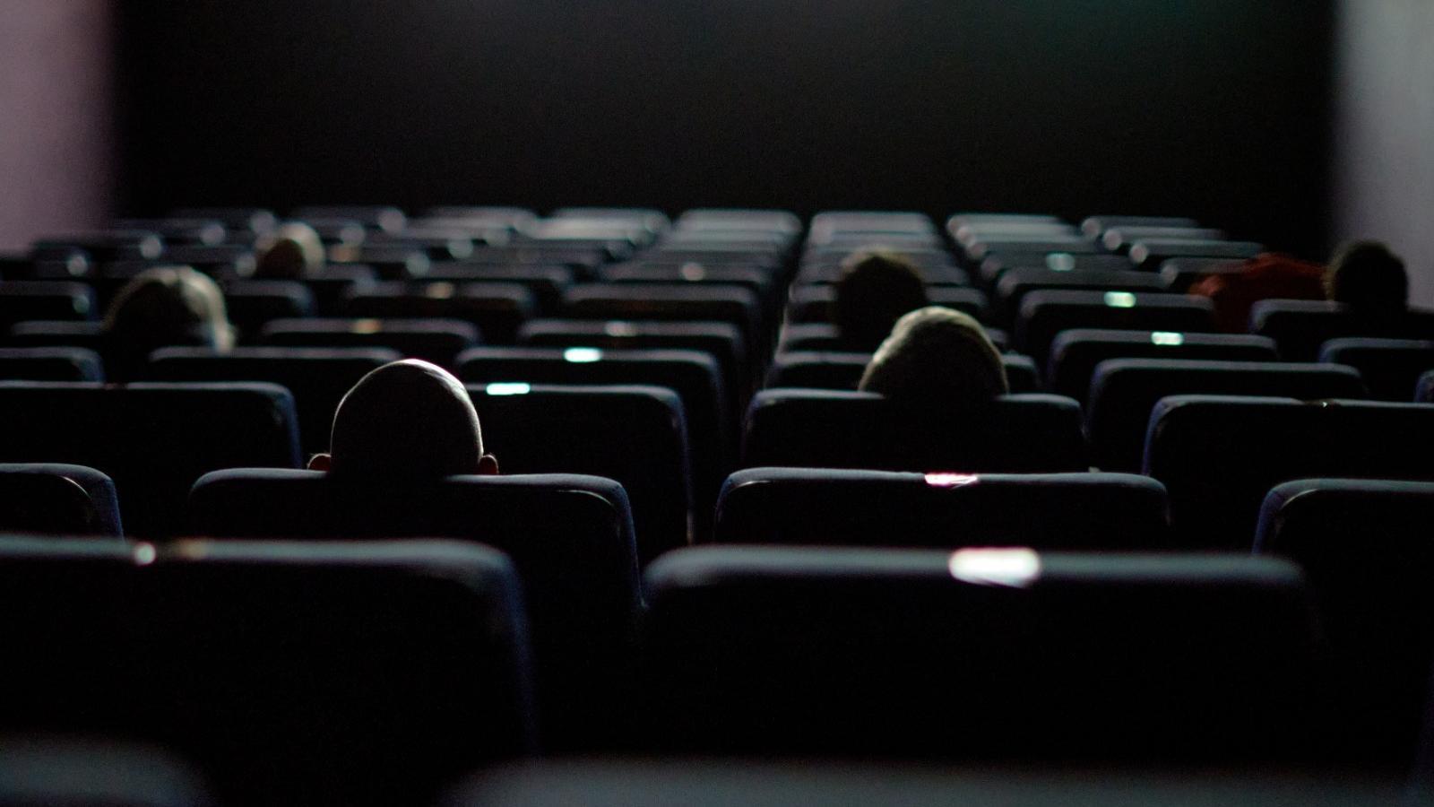 Una desena d'espectadors no s'han volgut perdre la reobertura del cinema Truffaut de Girona aquest divendres 12 de juny